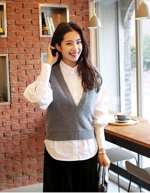 Kết hợp áo sơ mi với áo len cổ rộng