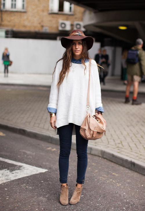 Chiếc áo denim có chất liệu cứng cáp, gam màu trung tính khá phù hợp với áo len cổ rộng