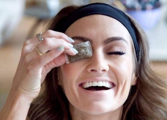 Dùng túi lọc trà giúp giảm độ sưng của bọng mắt cũng như loại bỏ các quầng thâm