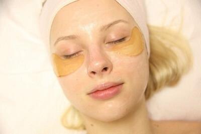 Để chữa thâm quầng mắt bạn có thể dùng tinh bột nghệ