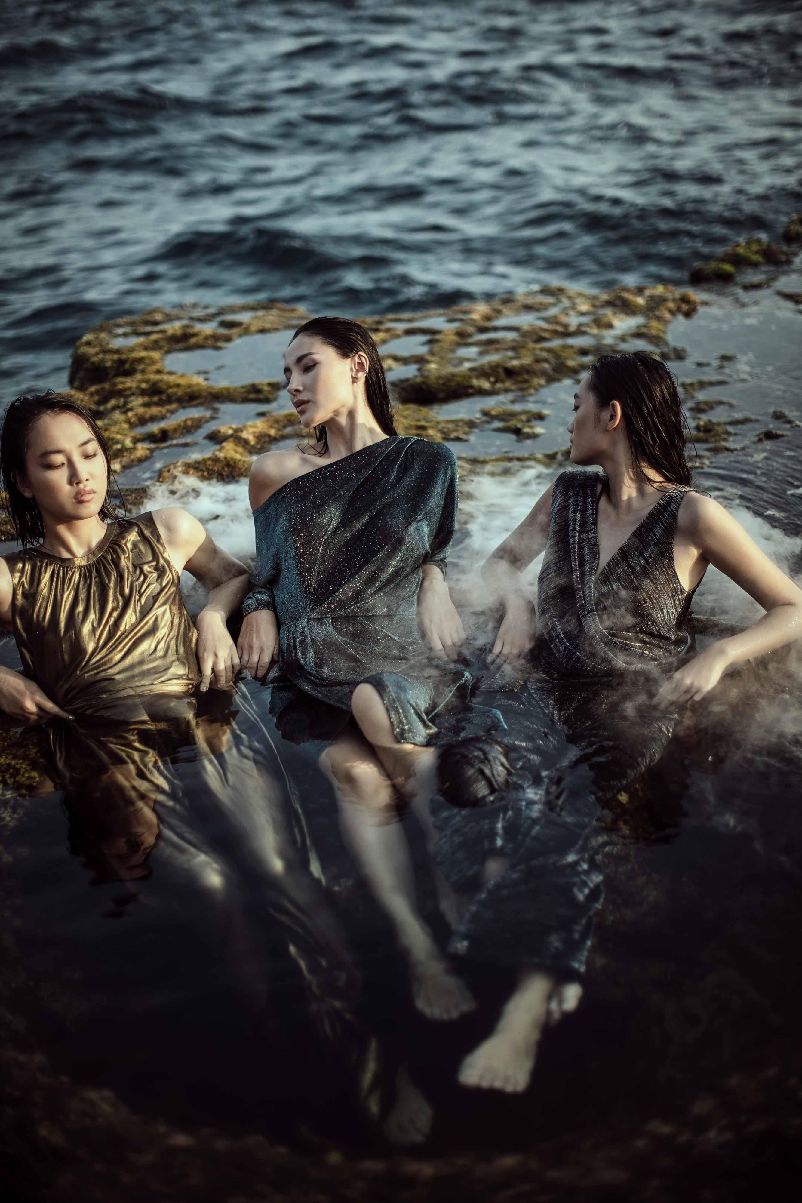 Chất liệu vải nước với sắc màu nhẹ nhàng  tạo nên ánh nhìn uyển chuyển như một làn nước ẩn hiện trông rất nữ tính,  đầy mê hoặc và sáng tạo