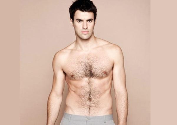 Trong nhân tướng học, người có lông bụng, lông ngực thường là kẻ tiểu nhân.
