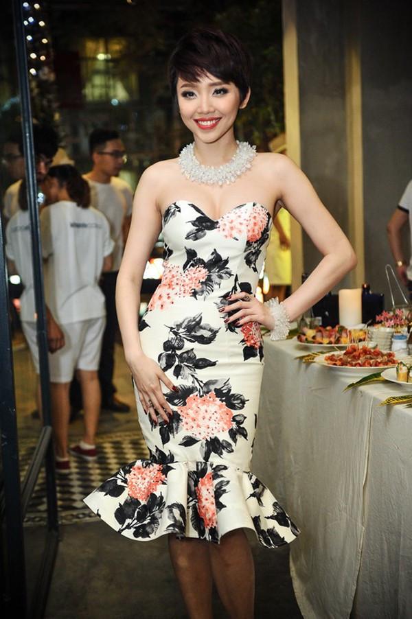 Đầm quây quyến rũ với họa tiết in hoa duyên dáng