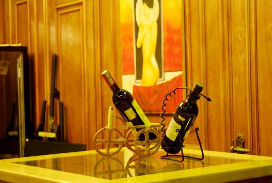 Mang đến rượu, thức ăn đã được chế biến sẵn để khách tiện thưởng thức