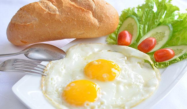 Ăn một lát bánh mì trứng là cách giúp bạn bổ sung nhiều carbohydrate cho cơ thể
