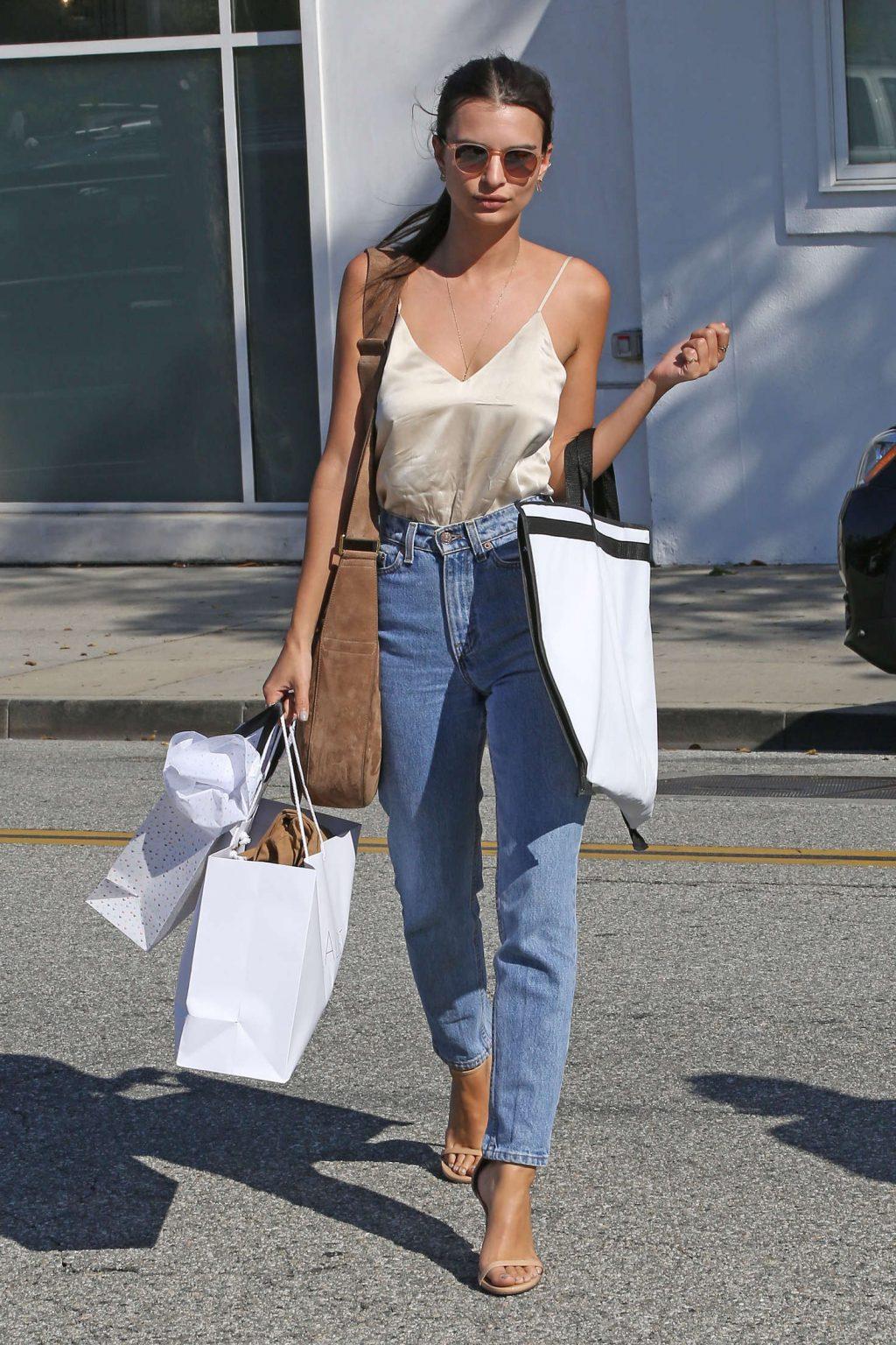 Phối áo lụa 2 dây với quần jeans lưng cao