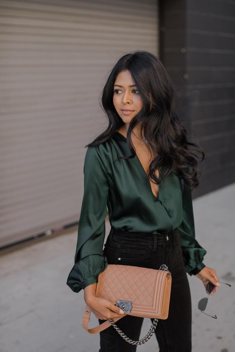 Kết hợp áo blouse với phần cổ khoét sâu