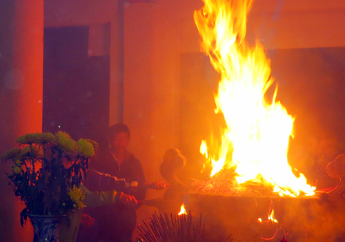 Nếu khi bạn phát hiện mà chân hương đã cháy một hồi lâu với ngọn lửa khá lớn thì hãy dập tắt chúng như bình thường