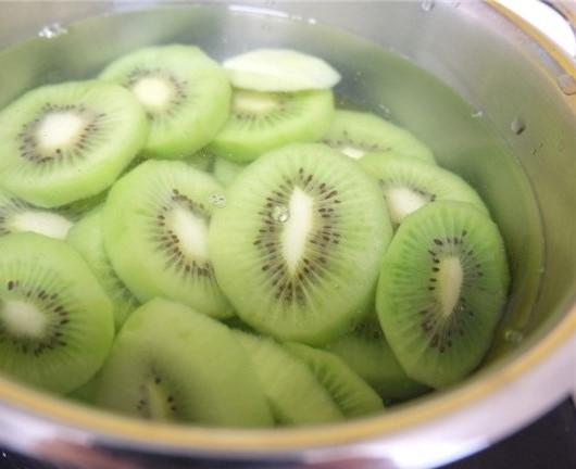 Ngâm kiwi trong nước đã pha dấm