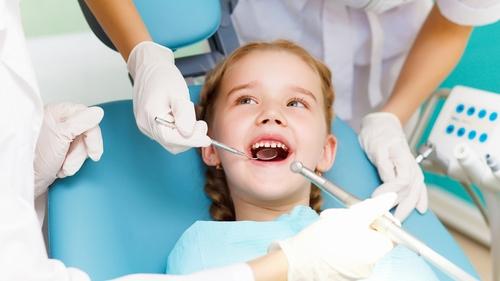 Nên kịp thời nhổ răng sữa đúng thời điểm cho trẻ