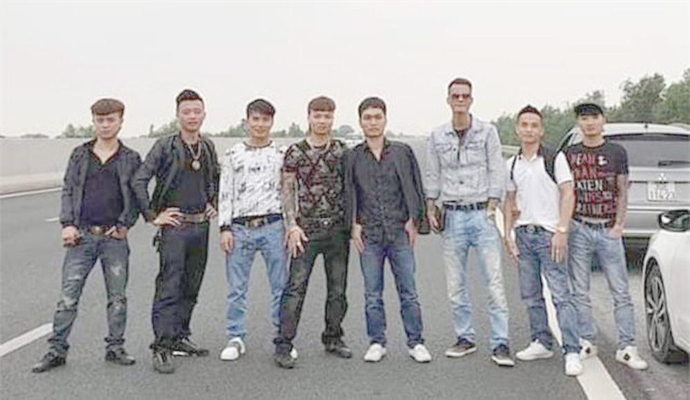 Ngang nhiên cùng nhóm bạn dừng đỗ trên cao tốc để dàn hàng ngang chụp ảnh