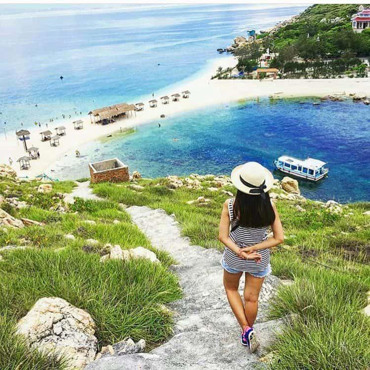 Nếu bạn yêu thích bãi biển, du lịch bụi, ăn hải sản và đánh golf thì nên chọn du lịch Nha Trang