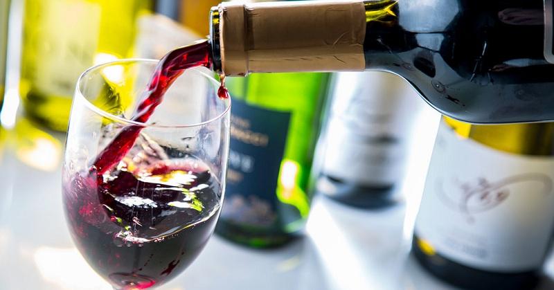 Tặng một chai rượu ngon phù hợp với sở thích của người nhận