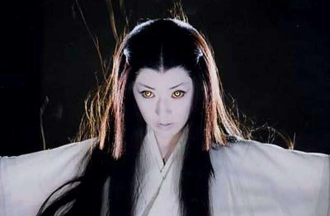 Tuyết nữ Yuki-Onna của Nhật Bản thường được nhắc đến với vẻ ngoài trẻ trung, đôi môi hơi xanh, tóc đen dài và làn da trắng muốt