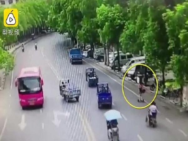Cô gái ngã đập mặt xuống đường vì trượt xe điện cân bằng - Ảnh 1