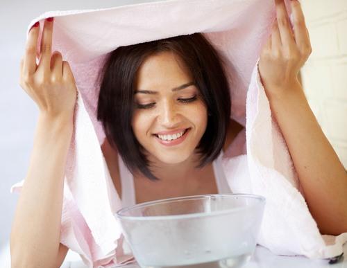 Xông hơi để mở lỗ chân lông, dễ thấm hút sâu các dưỡng chất từ mặt nạ