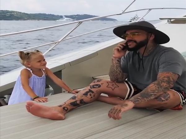 Clip con gái 4 tuổi giật điện thoại bố ném phăng xuống biển gây xôn xao cộng đồng mạng - Ảnh 1