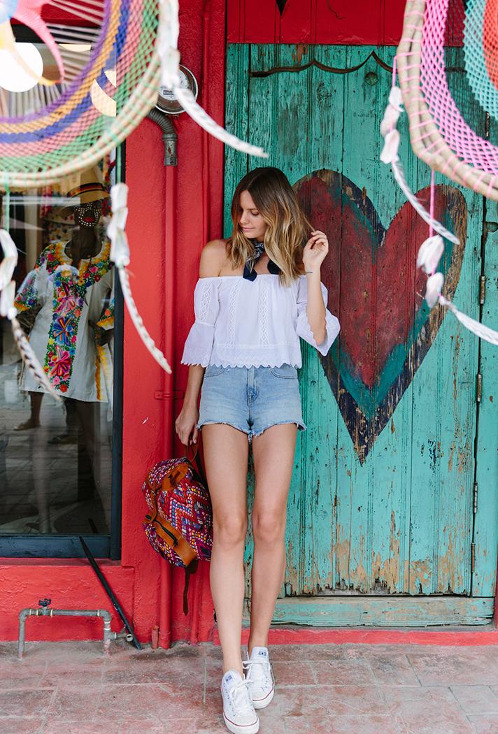 Áo trễ vai màu trắng với quần sóc jeans trẻ trung, mặc đẹp ngày hè