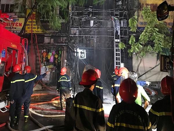 Cháy lan dữ dội sau tiếng nổ ở quận 5, cụ bà mắc kẹt - Ảnh 1
