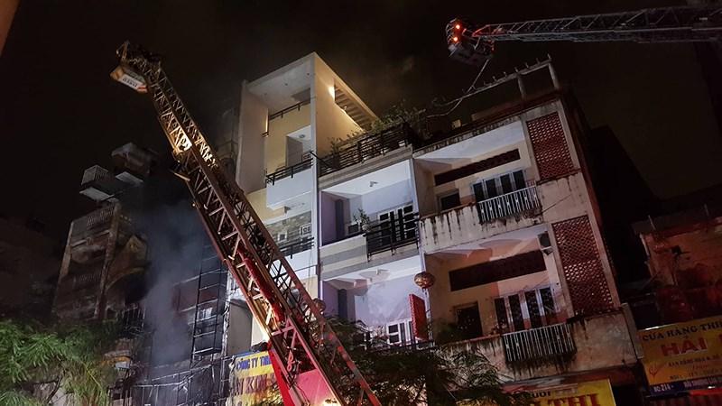 Cháy lan dữ dội sau tiếng nổ ở quận 5, cụ bà mắc kẹt - Ảnh 2