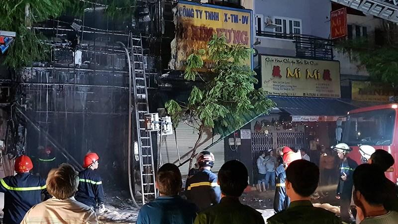 Cháy lan dữ dội sau tiếng nổ ở quận 5, cụ bà mắc kẹt - Ảnh 3