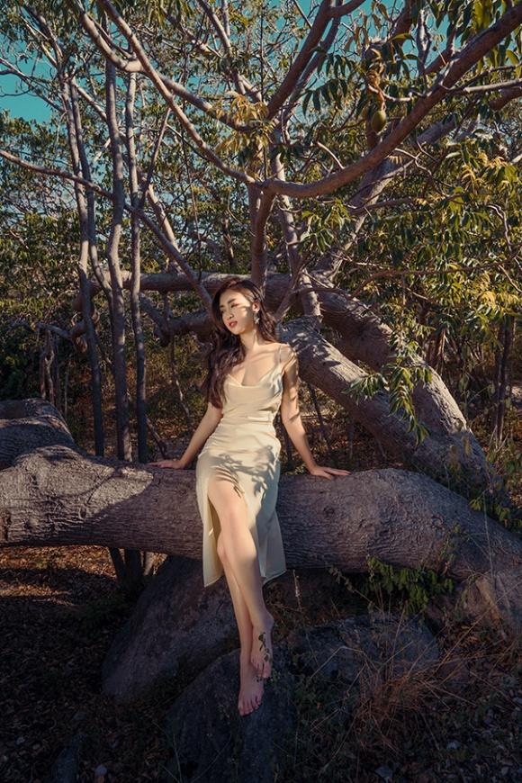 Chán kín cổng cao tường, Hoa hậu Đỗ Mỹ Linh 'đổi gió' khi diện đồ gợi cảm - Ảnh 2