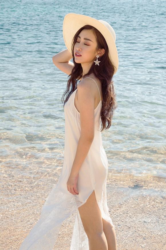 Chán kín cổng cao tường, Hoa hậu Đỗ Mỹ Linh 'đổi gió' khi diện đồ gợi cảm - Ảnh 3