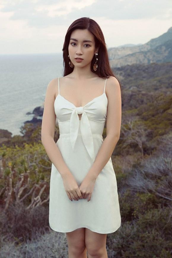 Chán kín cổng cao tường, Hoa hậu Đỗ Mỹ Linh 'đổi gió' khi diện đồ gợi cảm - Ảnh 1