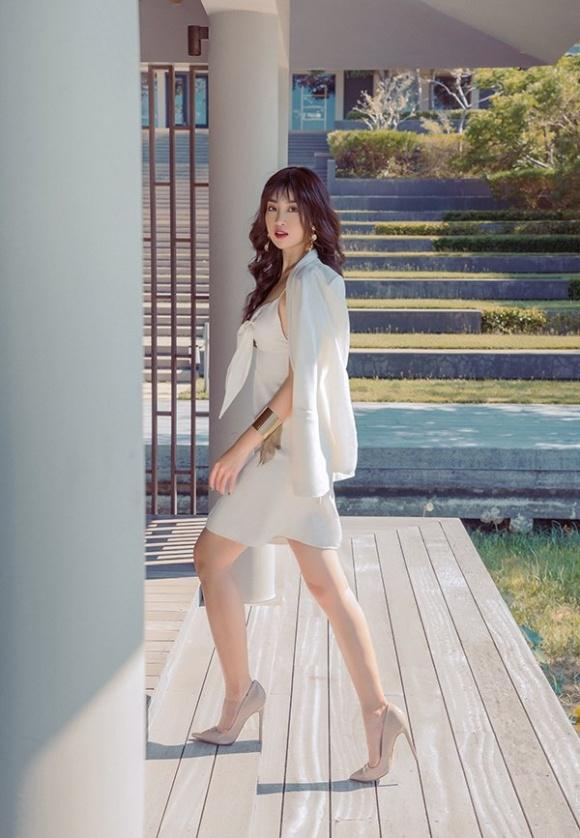 Chán kín cổng cao tường, Hoa hậu Đỗ Mỹ Linh 'đổi gió' khi diện đồ gợi cảm - Ảnh 5