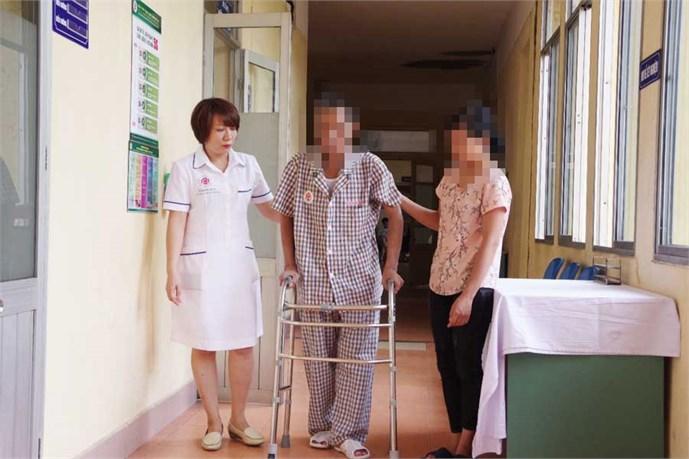 Thay khớp háng thành công cho bệnh nhân bị xơ gan - Ảnh 2