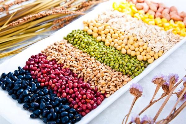 Các loại hạt ngũ cốc là món ăn dinh dưỡng cho bé 9 tháng tuổi tăng cân
