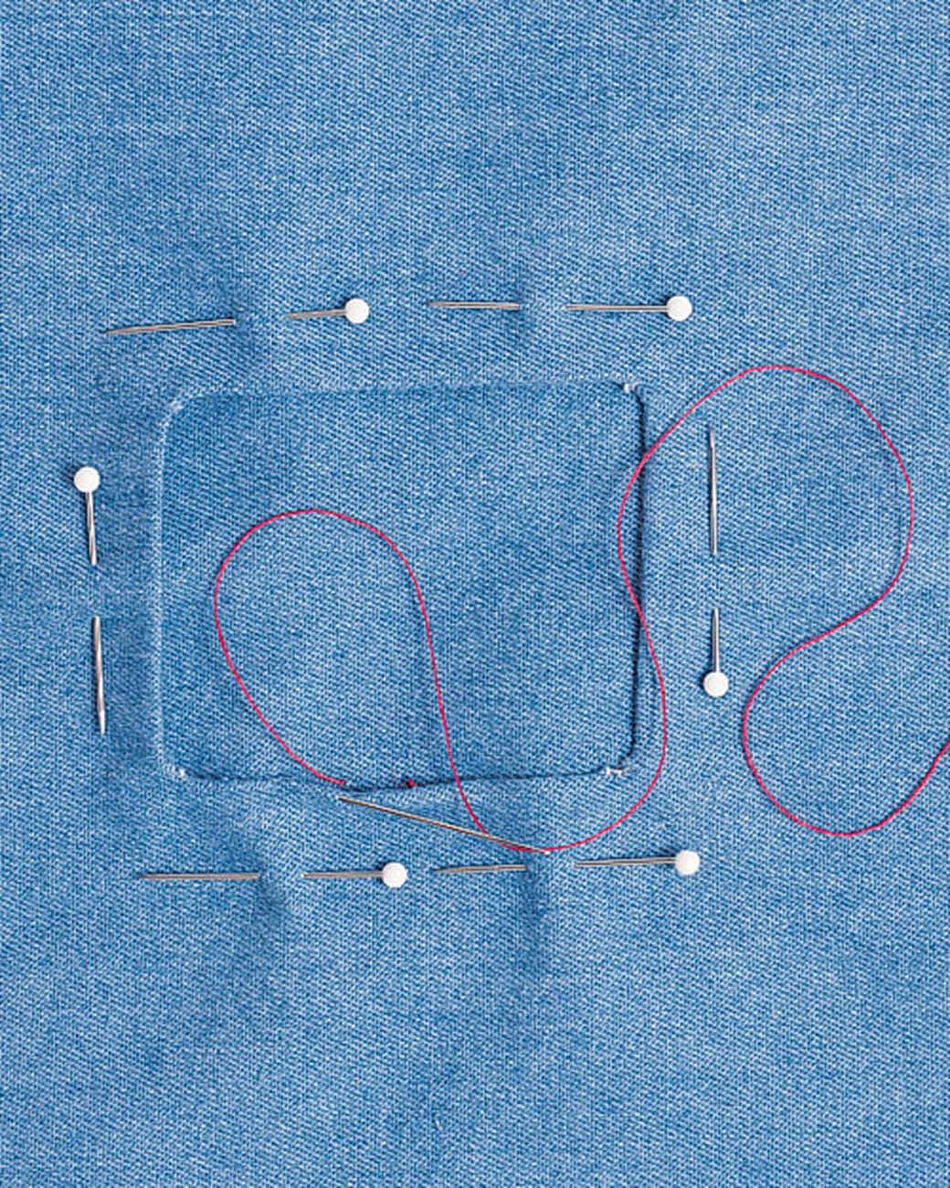 Cách khâu quần áo đẹp: Cố định miếng vá quần áo ở vị trí sao cho vết rách ở chính giữa bằng kim khâu