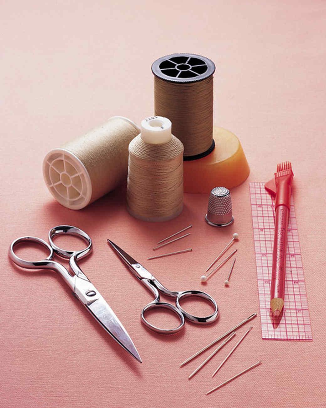 Chuẩn bị dụng cụ đầy đủ khi tiến hành khâu vá quần áo tại nhà