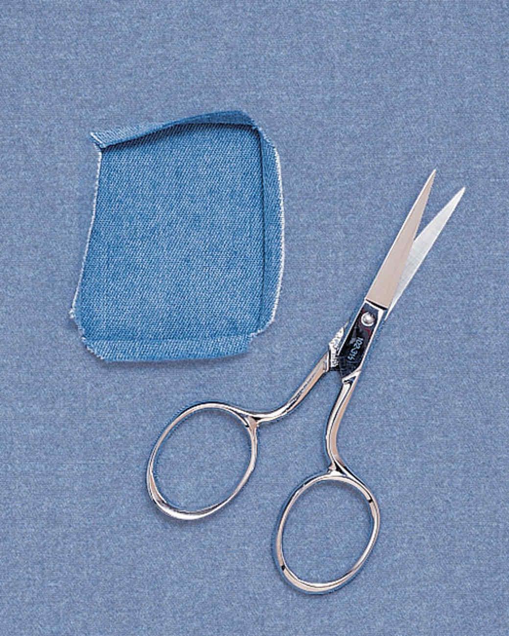 Tạo hình cho lỗ thủng cần vá được đẹp và tiện sửa hơn