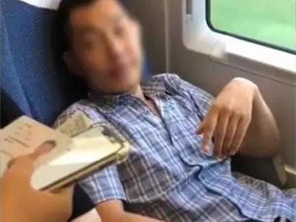 Chiếm ghế của phụ nữ, người đàn ông bị cấm đi tàu cao tốc vô thời hạn - Ảnh 1