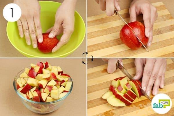 Thái nhỏ táo thành từng miếng để làm giấm táo đơn giản hơn