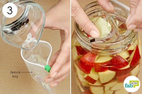 Đặt túi zip lên lớp táo là mẹo giúp táo chìm hẳn trong nước