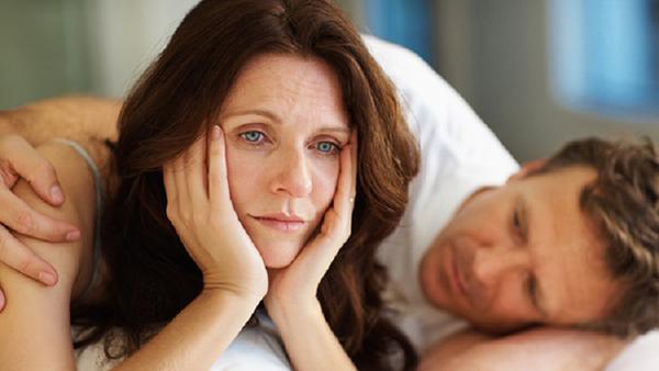 Khi phụ nữ bước vào thời kì mãn kinh lượng hormone sinh dục có xu hướng giảm nên khi quan hệ dễ bị rách âm đạo