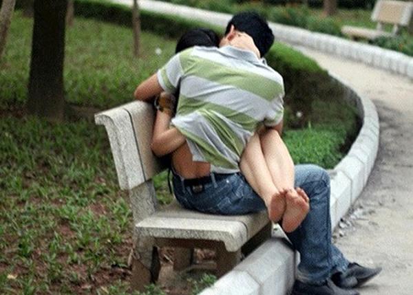 Ngang nhiên làm tình giữa công viên
