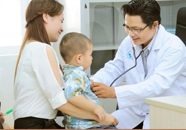 Trẻ cần được bác sĩ thăm khám và theo dõi