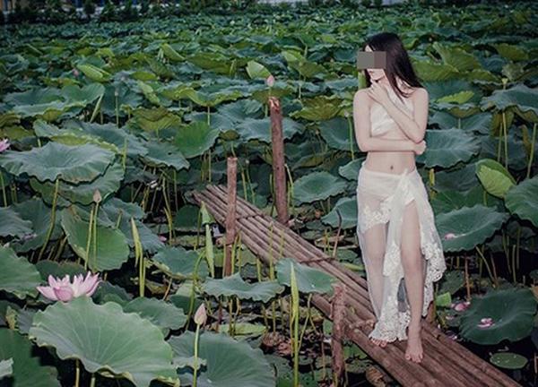 Chụp ảnh nude bên hoa sen