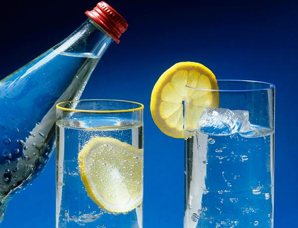 Mẹ bầu không nên uống nước khoáng có ga