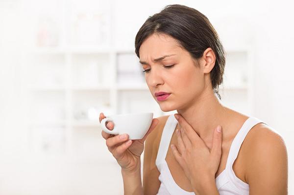 Súc miệng bằng nước muối giúp chữa viêm họng cho mẹ bầu an toàn
