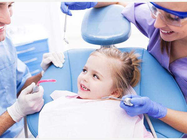 Đưa trẻ đi khám để bác sĩ có cách điều trị thích hợp
