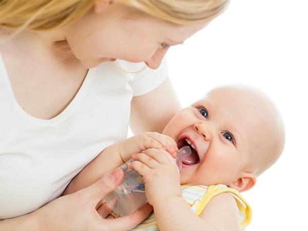 Khi trẻ sơ sinh mọc răng thì có thể cho bé uống nước