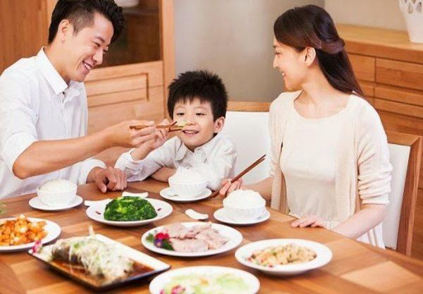 Bố mẹ cần chú ý hơn đến chế độ dinh dưỡng cho trẻ để tăng cường sức đề kháng cho con