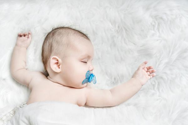 Cho bé ngậm ty giả sẽ ngủ ngon và sâu giấc hơn
