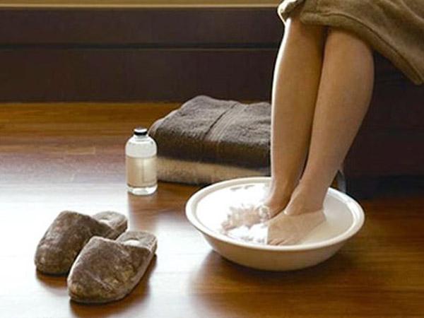 Ngâm chân với nước muối giúp đả thông khí huyết