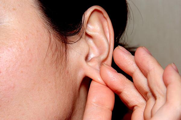 Kéo vành tai giúp nước chảy ra ngoài và hết ù tai