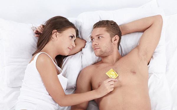 Khi quan hệ nên dùng bao cao su để bảo vệ bản thân và bạn tình
